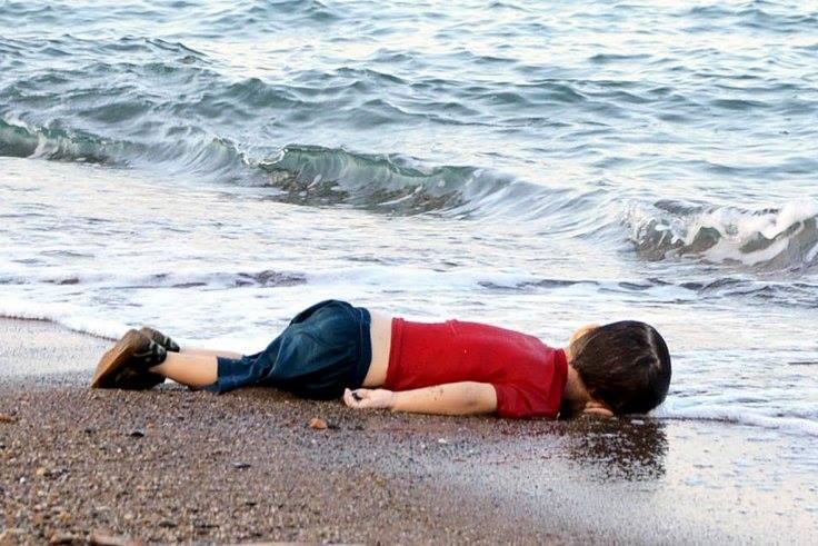 Warum trauert Ihr nur um den kleinen Aylan und nicht auch um die 6.000 bis 43.000 Kinder, die täglich verhungern? Warum helft Ihr dabei mit, dass jeden Tag 6.000 bis 43.000 Kinder verhungern?