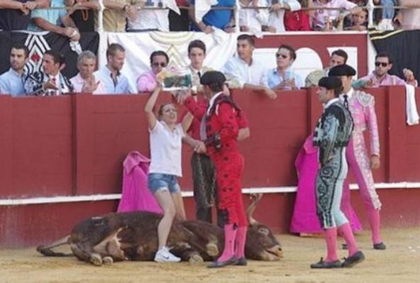 """Aktivistin springt in Tierquäler-Arena, um Stier beim Sterben Trost zu spenden – dabei wird sie getreten, bespuckt und eine """"Hure"""" genannt"""