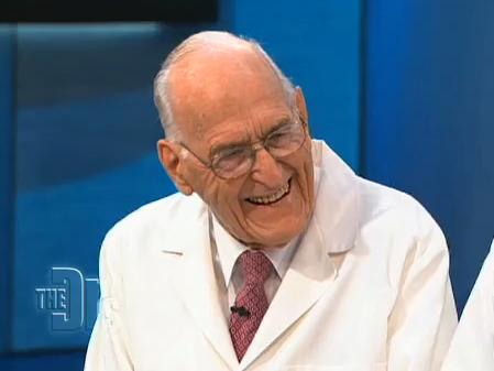 Lebensqualität im hohen Alter: 100-jähriger Chirurg, der erst mit 95 in den Ruhestand ging, bei der Gartenarbeit