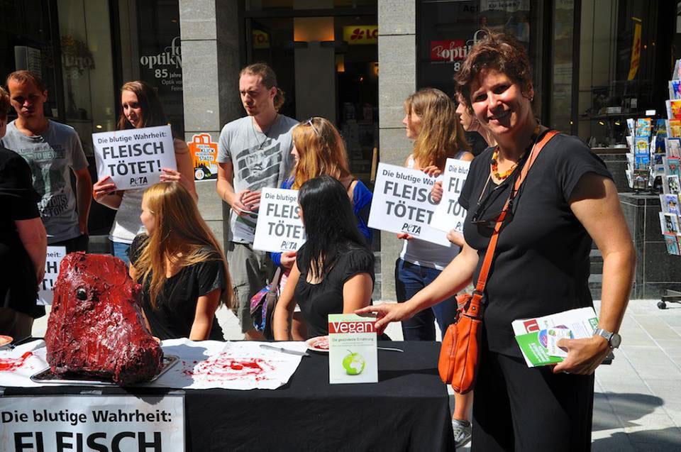 Peta-Aktion in Augsburg gegen Fleisch – mit Vegan-Broschüre