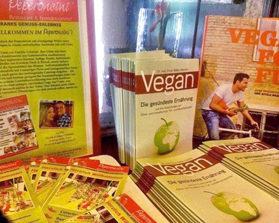 Die Vegan-Broschüre ist fast überall zu finden – hier im Peperoncini